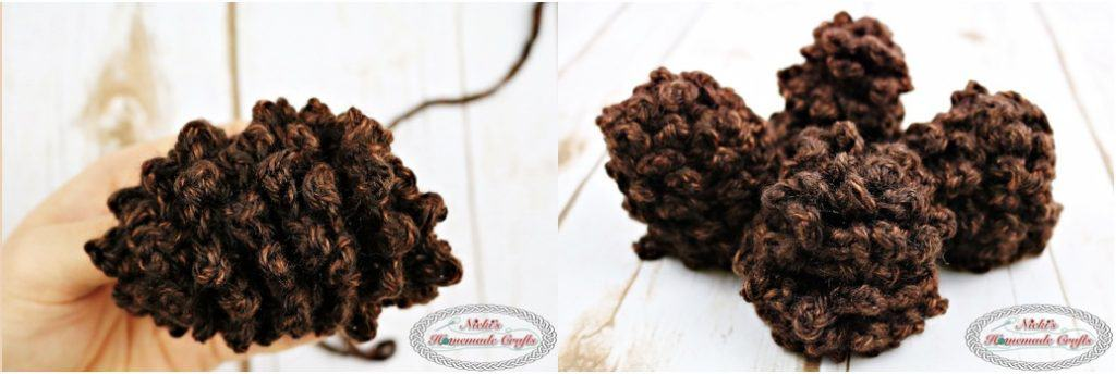 Advent Wreath for Christmas Free Crochet Pattern by Nicki's Homemade Crafts This traditional Advent Wreath is perfect for the Christmas Time. One candle is lit every Sunday before Christmas. #Crochet #advent #wreath #crochetpattern #free #christmas #pinecone